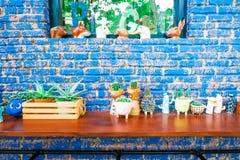 Sobremesa de madera de Brown con el fondo azul de la pared de ladrillo del vintage foto de archivo