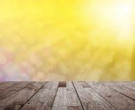 Sobremesa de madera en bokeh ligero colorido borroso con la llamarada ligera Imagenes de archivo