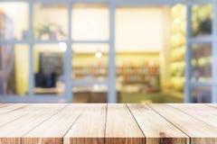 Sobremesa de madera en el café del café Fotos de archivo