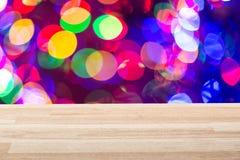 Sobremesa de madera ligera vacía con el fondo colorido Se pueden utilizar por Año Nuevo, la Navidad o cualquier proyecto o planti Imagen de archivo libre de regalías