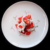 Sobremesa de Merengue com as morangos e o doce, isloated fotos de stock royalty free