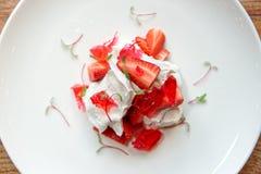 Sobremesa de Merengue com morangos e doce imagens de stock royalty free