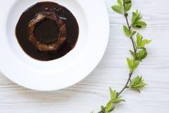 Sobremesa de Panacotta com chocolate na placa branca em de madeira branco imagem de stock