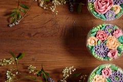 Sobremesa deliciosa, apetitosa, perfumada Sobremesa clara deliciosa tripla, decorada com flores do óleo imagens de stock royalty free