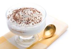 Sobremesa deliciosa da coalhada com chocolate raspado sobre imagem de stock