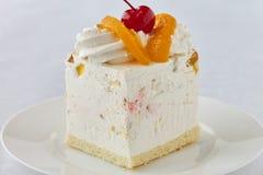 Sobremesa deliciosa do bolo com pêssego e cereja Imagens de Stock Royalty Free
