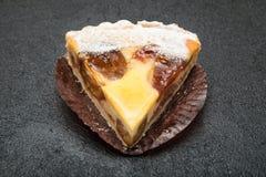 Sobremesa deliciosa do bolo do fruto em uma tabela preta imagem de stock royalty free