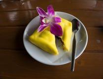 Sobremesa deliciosa dos crepes no disco branco Fotografia de Stock Royalty Free