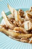 Sobremesa dietética saudável - pera, nozes, creme, mel e canela caramelizados Imagem de Stock