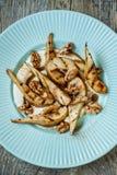 Sobremesa dietética saudável - pera, nozes, creme, mel e canela caramelizados Foto de Stock