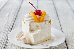 Sobremesa do bolo com pêssego e cereja Fotos de Stock Royalty Free