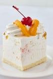Sobremesa do bolo com pêssego e cereja Fotografia de Stock Royalty Free