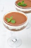 Sobremesa do chocolate com o creme chicoteado decorado com hortelã Fotos de Stock