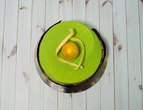 Sobremesa do chocolate com ornamento Bolo de chocolate em tons verde-amarelos Imagens de Stock Royalty Free