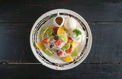 Sobremesa do chocolate de Kiwi Lemon Waffle Ice Cream do mirtilo da morango do centro de Flatlay imagens de stock royalty free