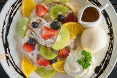 Sobremesa do chocolate do gelado de Kiwi Lemon Waffle Whipped Cream do mirtilo da morango de Flatlay imagem de stock royalty free