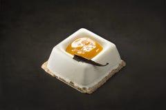 Sobremesa do creme e da manga em um fundo preto Foto de Stock