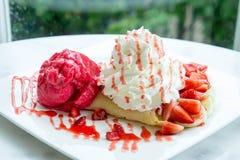 Sobremesa do crepe da morango do gelado na tabela de madeira do prato branco em c imagem de stock royalty free