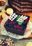 Sobremesa do fruto com corinto preto, formulário marrom, decorado com chocolate, canela, anis, imagens de stock