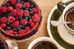 Sobremesa do fruto com framboesa, amora-preta e café de Ta de madeira Imagens de Stock Royalty Free