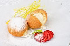 Sobremesa do gelado no biscoito Imagens de Stock Royalty Free