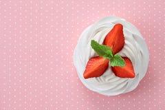 Sobremesa do pavlova da morango Imagens de Stock