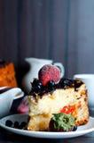 Sobremesa do requeijão com os abricós anddried do molho de chocolate, imagem de stock