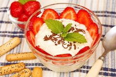 Sobremesa do requeijão e das morangos Foto de Stock