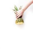 Sobremesa do verão com abacaxis à disposição na zombaria branca da opinião superior do fundo acima Imagem de Stock Royalty Free