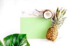 Sobremesa do verão com abacaxis e coco na zombaria branca da opinião superior do fundo acima Imagem de Stock
