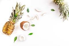 Sobremesa do verão com abacaxis e coco na zombaria branca da opinião superior do fundo acima Fotografia de Stock Royalty Free