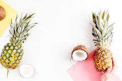 Sobremesa do verão com abacaxis e coco na zombaria branca da opinião superior do fundo acima Imagens de Stock Royalty Free