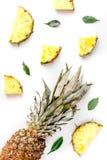 Sobremesa do verão com abacaxis e folhas na opinião superior do fundo branco Imagem de Stock Royalty Free