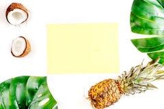 Sobremesa do verão com abacaxis e folhas na zombaria branca da opinião superior do fundo acima Fotografia de Stock Royalty Free