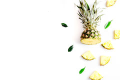 Sobremesa do verão com abacaxis e folhas na zombaria branca da opinião superior do fundo acima Fotografia de Stock