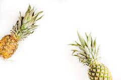 Sobremesa do verão com os abacaxis na zombaria branca da opinião superior do fundo acima Fotografia de Stock Royalty Free