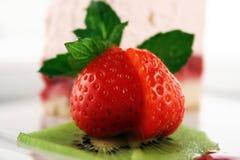 Sobremesa doce com morangos Fotos de Stock Royalty Free