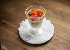 Sobremesa doce no vidro com biscoito, fruto de baga foto de stock