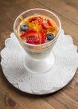 Sobremesa doce no vidro com biscoito, fruto de baga Fotos de Stock Royalty Free