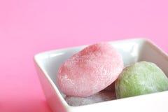 Sobremesa dos bolos de arroz de Mochi de encontro ao backg cor-de-rosa Fotos de Stock Royalty Free