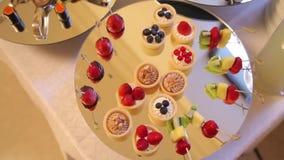 A sobremesa e as panquecas e os rolos estão na tabela do feriado Fim acima vídeos de arquivo