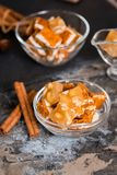 Sobremesa em um copo de vidro em uma obscuridade - fundo cinzento do verão da mola Doces orientais, porcas, nougat, bolo, bolo do foto de stock