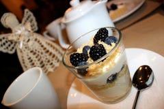 Sobremesa em um vidro com mascarpone e bagas Fotos de Stock Royalty Free