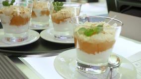 A sobremesa em um vidro, a musse, a morango para o pudim de baunilha do alimento e a sobremesa musky endurecem em um vidro, decor filme