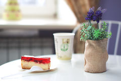 Sobremesa em uma tabela no café Imagens de Stock