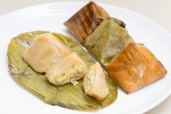 A sobremesa enchida da pirâmide da massa chamou Ka-Nhom-Tian imagens de stock