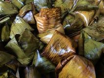 A sobremesa enchida da pirâmide da massa chamou Ka Nhom Tian Thai Dessert fotografia de stock