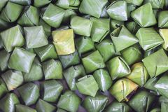 A sobremesa enchida da pirâmide da massa chamou Ka Nhom Tian Thai Dessert imagem de stock royalty free