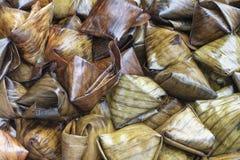 A sobremesa enchida da pirâmide da massa chamou Ka Nhom Tian Thai Dessert fotos de stock royalty free