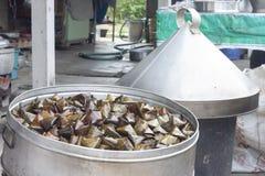 A sobremesa enchida da pirâmide da massa no potenciômetro Tailândia chamou Ka Nhom Tian imagem de stock